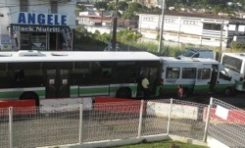 Deux grands bus agressent un petit bus en #Martinique