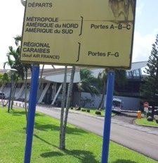 Aéroport Aimé #Césaire en Martinique : Panneau d'une INSULTE au pays natal