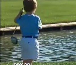 À 3 ans il est  le i tee du golf