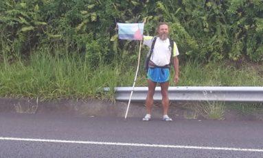 Cet homme marche pour dire NON aux manipulateurs de l'Histoire à l'île de La Réunion