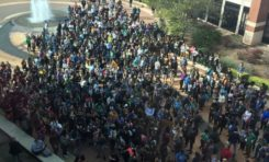 Trumpland : Des centaines pour accompagner Nathasha à son école