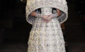 Fashionweek de Paris : Guo Pei, une créatrice asiatique qui se distingue avec des créations aux couleurs profondément romantiques