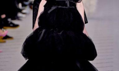 En direct de la fashion week à Paris, le défilé Balenciaga : longueur, couleurs éclatantes , beaux volumes et collants opaques coordonnés aux tenues ! Somptueux et chic !
