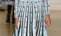 A la Fashionweek de Paris, Valentino présente  ses superbes longues robes légères et vaporeuses! Toutes en finesse, fluides, légères et parfois transparentes. Les manches sont longues et dévoilent pourtant le corps. Les couleurs joyeuses et colorées : du rouge, rose, pêche, bleu gris très clair..