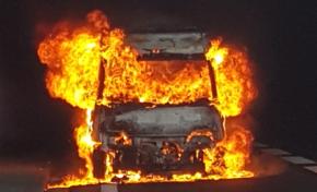 Spectaculaire incendie d'un véhicule utilitaire dans un tunnel à l'île de La Réunion