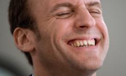 Quand Emmanuel Macron suce le laspus sur lequel il est assis
