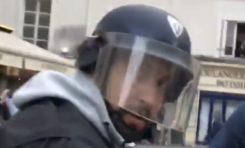 Un collaborateur de Macron filmé, déguisé en CRS, en train de tabasser un manifestant... 🤔 (vidéo)