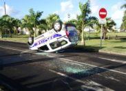 Martinique.  un véhicule de police part en sucette au rond-point de l'aéroport Aimé Césaire