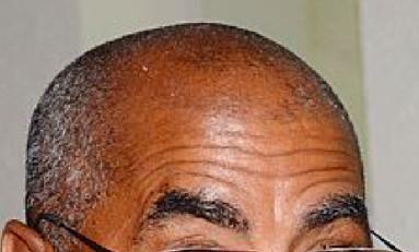 """Le sénateur Maurice """"1/4 d'heure"""" Antiste offre à la Martinique un remake de...Yole au-dessus d'un nid de coucoune"""