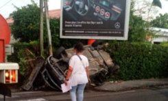 Martinique : ça se passe comme ça quand on s'affiche près d'une affiche publicitaire...