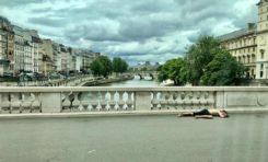 Paris : cet homme couché par terre à ciel ouvert...est-ce un hidalgo ?